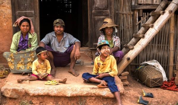 Birmanska rodzina przed domem